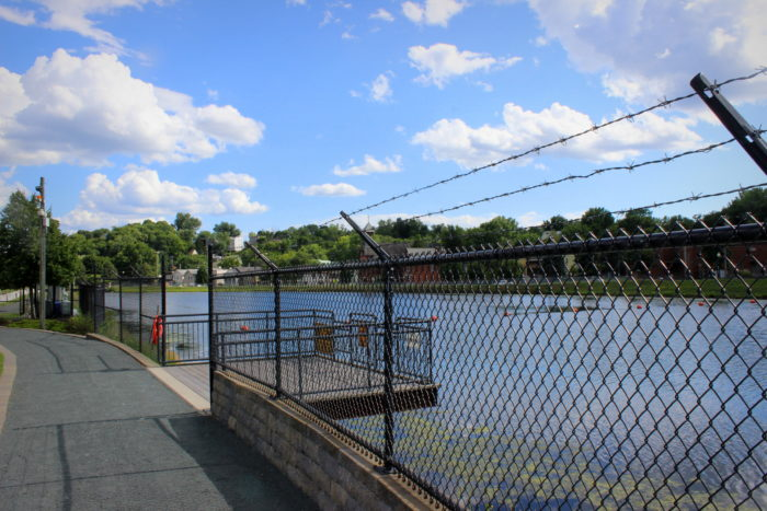 On the right side of the park you'll also find another fishing platform to visit!