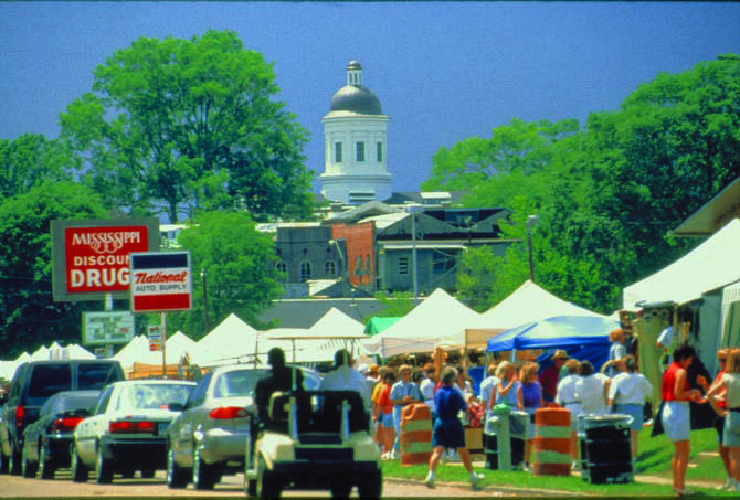 Today, just as all those years ago, the flea market is held on the lawn of the historic courthouse.