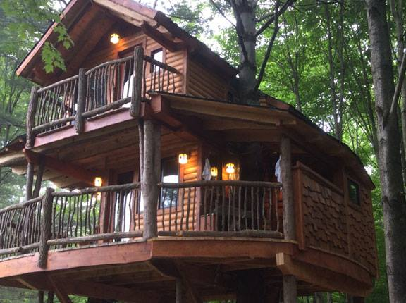 The lodge and treehouse can accommodate 8 to 12 people.