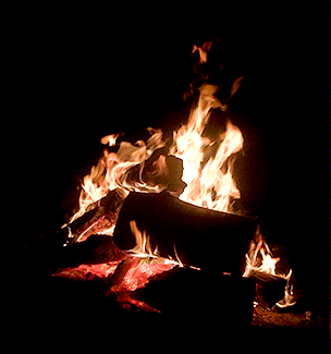 Even night owls get a bit tired from time-to-time. Bring some marshmallows or hot dogs and toast them over the open bonfire. Visitors are encouraged to bring blankets and chairs and to relax by the bonfire with other visitors and tour guides.