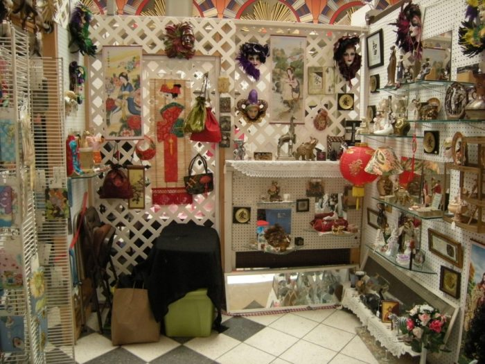 Rossi's Pop-Up Market welcomes both indoor and outdoor vendors to sell their products. Temporary and permanent spaces are available for pre-determined prices.