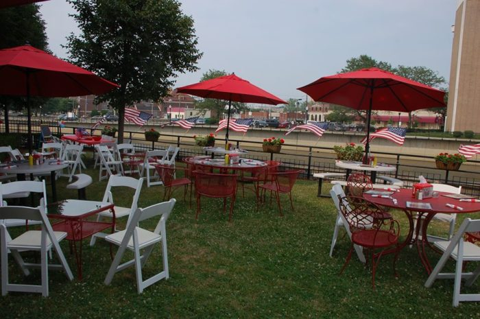 Opt for outdoor dining, weather permitting. Donna's Diner hosts entertainers, who perform outdoors, from time-to-time.