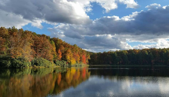 The lake is another great place to appreciate the autumn colors.