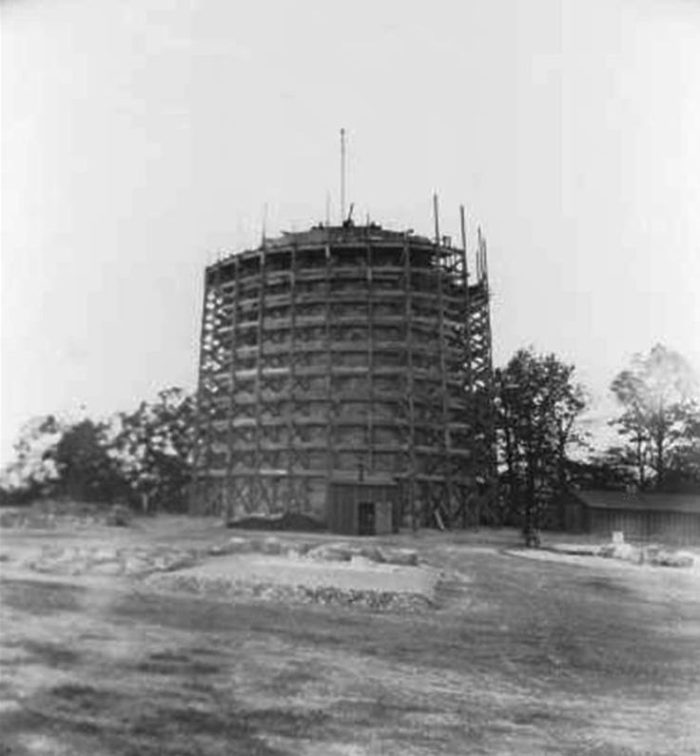 Construction on the tower began in 1900.