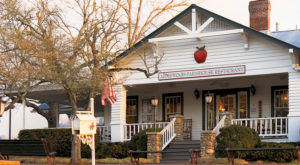 This Restaurant In Tennessee Is Located In The Most Unforgettable Setting