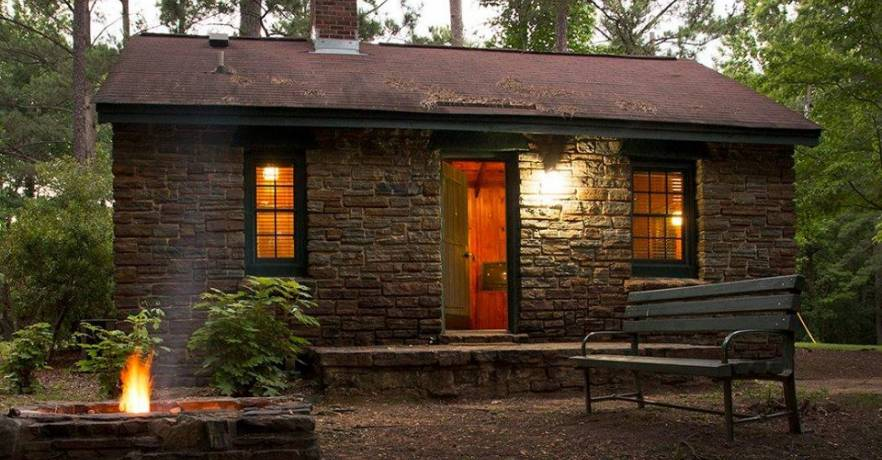 10 Cozy Cabins In Alabama That Are Perfect For A Fall Getaway