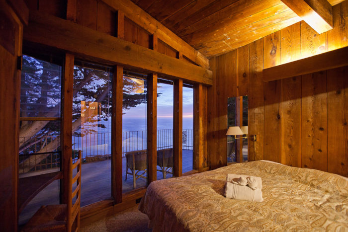 There's a variety of rooms available at Esalen for almost all budgets. The best room option is the private suite, located behind the Esalen Garden and perched at the cliff's edge. This will grant you some amazing views of the Pacific Ocean.