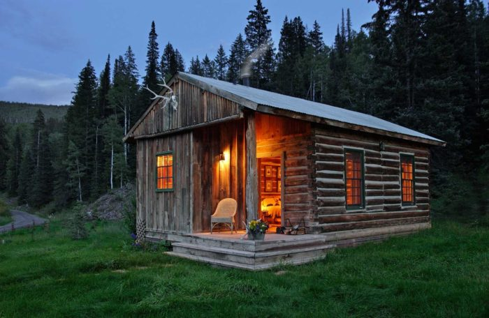 """Just what do """"glamping"""" accommodations look like? Let's take a look inside the Major Ross cabin..."""