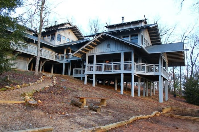 But you don't need to do this entire hike in one day; you can spend the evening at famed eco-lodge Len Foote Hike Inn.