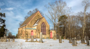 Most People Don't Know About This Charming Chapel Hiding In Mississippi