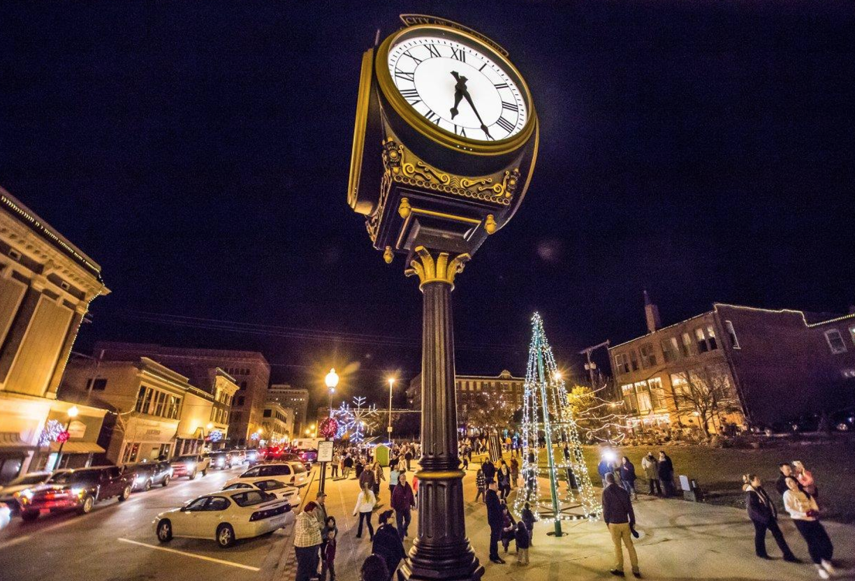 10 Main Streets In Missouri That Are Perfect For Christmas