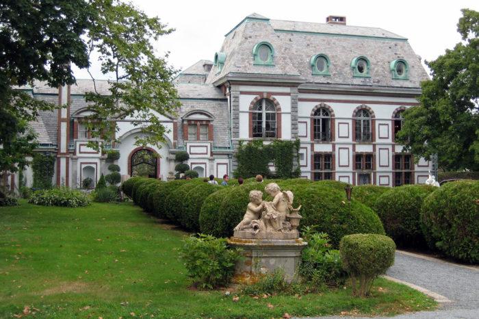 8 Terrifying Ghost Stories In Rhode Island
