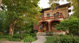 The Extravagant Bed And Breakfast In Illinois That Will Whisk You Away To Another Era