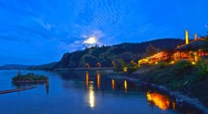 You'll Never Want To Leave This Oregon Restaurant Right On The River