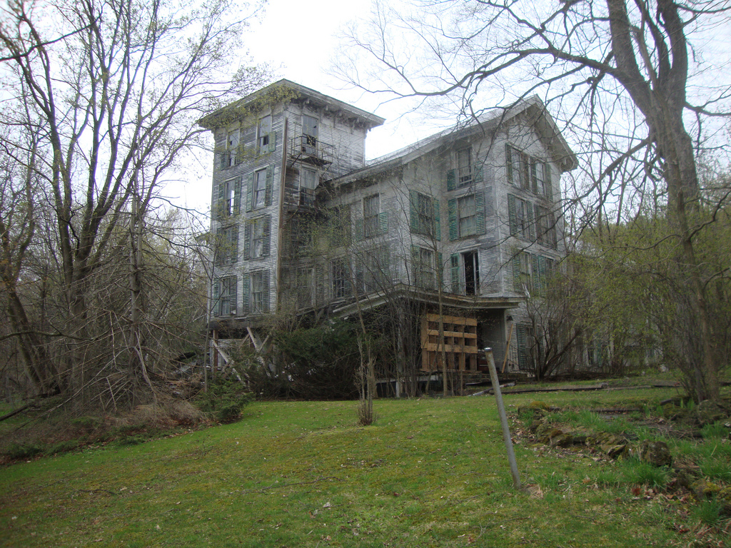 8 Staggering Photos Of An Abandoned Hotel Hiding In Vermont