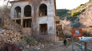 8 Staggering Photos Of An Abandoned Mansion Hiding In Arizona