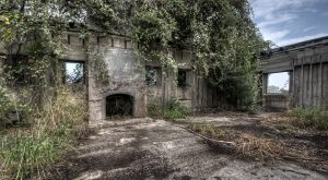 10 Staggering Photos Of An Abandoned Mansion Hiding In Texas
