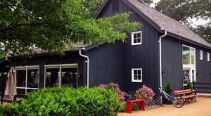 This Adorably Quaint Barn In Missouri Serves Delicious Food