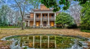 13 Staggering Photos Of An Abandoned Mansion Hiding In South Carolina