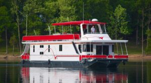 You Won't Forget Your Overnight Stay Inside This Incredible Houseboat In Missouri