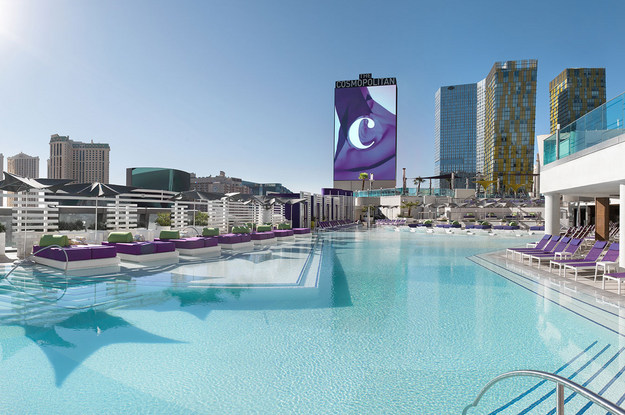11 most unique hotel swimming pools in nevada you 39 ll absolutely love for Hotels in vegas with indoor swimming pools