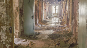11 Staggering Photos Of An Abandoned Hospital Hiding In Kentucky