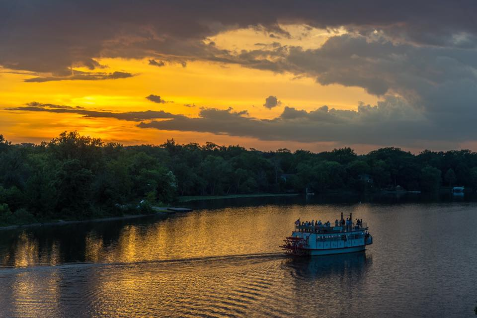 St Charles Paddlewheel Riverboat Gives Riverboat Cruises In Illinois