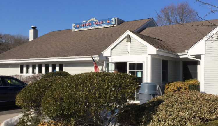 Lenny & Joe's Fish Tale Is The Best Place For Hot Lobster Rolls In Connecticut