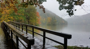 The One Hikeable Lake In Virginia That's Simply Breathtaking In The Fall