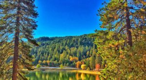 The One Hikeable Lake In Southern California That's Simply Breathtaking In The Fall