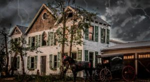The One Small Town In Delaware That Transforms Into A Terrifying Halloween Wonderland