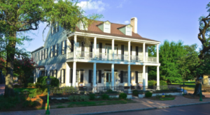 Book An Overnight Stay At This Haunted Alabama Inn For A Bone-Chilling Experience