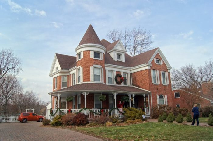 8 Holiday House Tours In Missouri That Will Put You In The