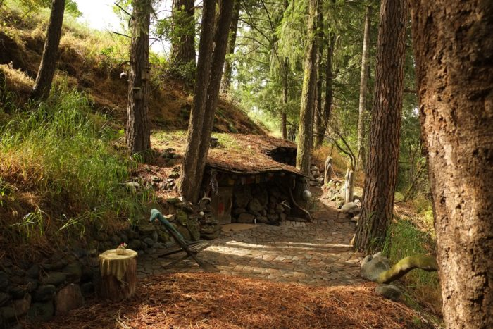 House Built Into Hill >> Few People Know There Is A Real Life Hobbit Hole Hiding In ...