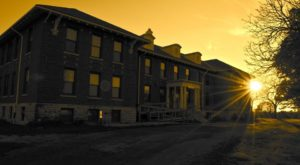 12 Staggering Photos Of An Abandoned Asylum Hiding In Iowa
