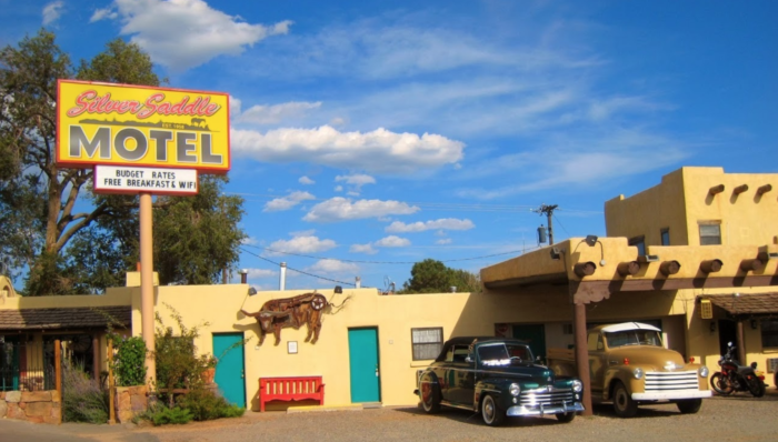 the silver saddle motel is a quirky motel in new mexico. Black Bedroom Furniture Sets. Home Design Ideas