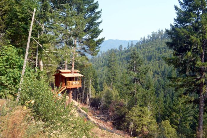 Located In An Extremely Remote Area Of Northern California S Six Rivers National Forest Near Gasquet This Enchanting Treehouse Gives A Whole New Meaning To
