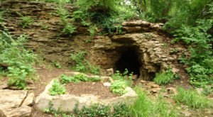 Hiking To This Aboveground Cave Near Kansas City Will Give You A Surreal Experience