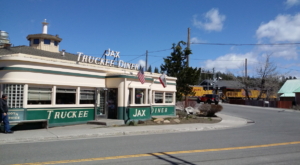 You Can Watch Trains While Eating At This Old School Diner In Northern California