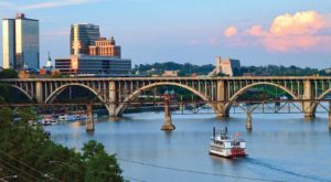 Spend A Perfect Day On This Old-Fashioned Paddle Boat Cruise In Tennessee