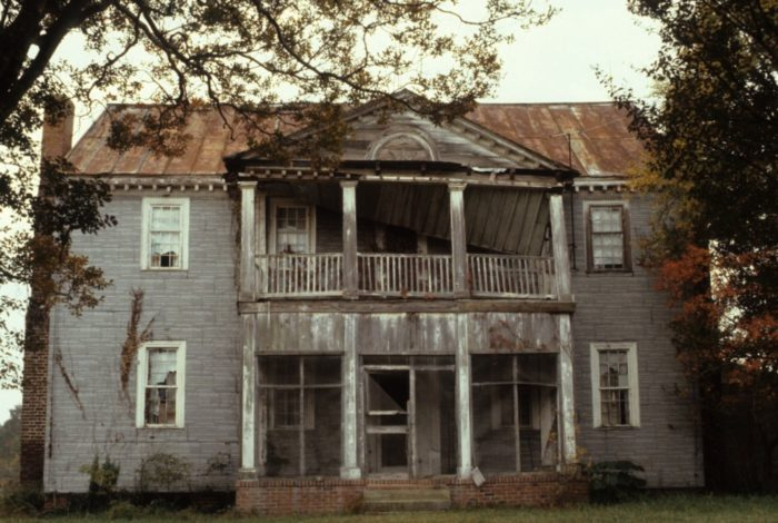 14 Staggering Photos Of An Abandoned Plantation Home In