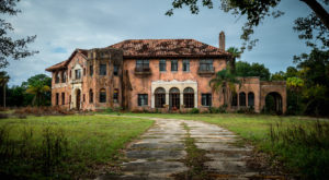 12 Staggering Photos Of An Abandoned Mansion Hiding In Florida