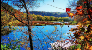 The Awesome Hike That Will Take You To The Most Spectacular Fall Foliage In Iowa