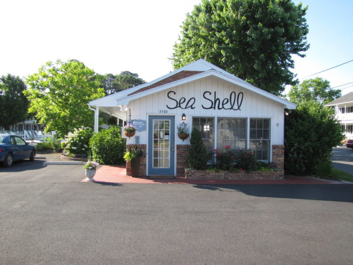 the seashell motel in chincoteague is a charming accommodation. Black Bedroom Furniture Sets. Home Design Ideas
