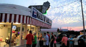 These 7 Alabama Drive-In Restaurants Are Fun For An Old Fashioned Night Out