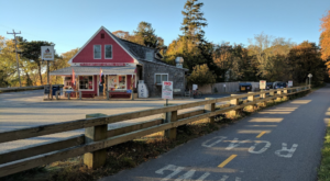 This Beautiful Hike In Massachusetts Has A Mouthwatering Restaurant Right Along The Trail