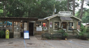 This Rustic Restaurant In Alabama Serves The Tastiest Burgers Around