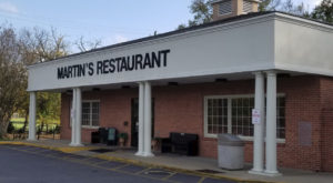 This Old-School Alabama Restaurant Serves Chicken Dinners To Die For