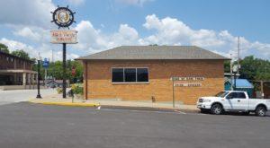 This Old-School Missouri Restaurant Serves Chicken Dinners To Die For