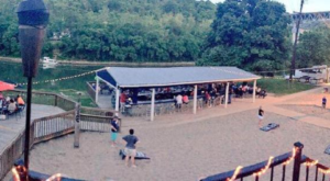 The Honky Tonk BBQ Restaurant In Kentucky That's Right On The River